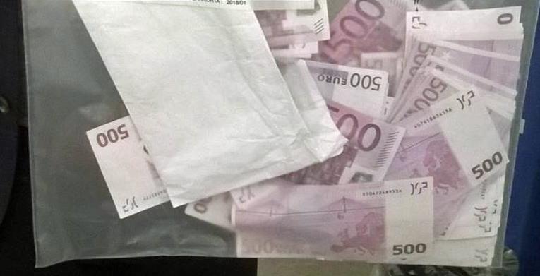 Samaan tutkintahaaraan liittyvän epäillyn verorikoksen tutkinnassa takavarikoitiin yksityisasunnosta 100 000 euroa, jotka olivat kirjekuoressa.