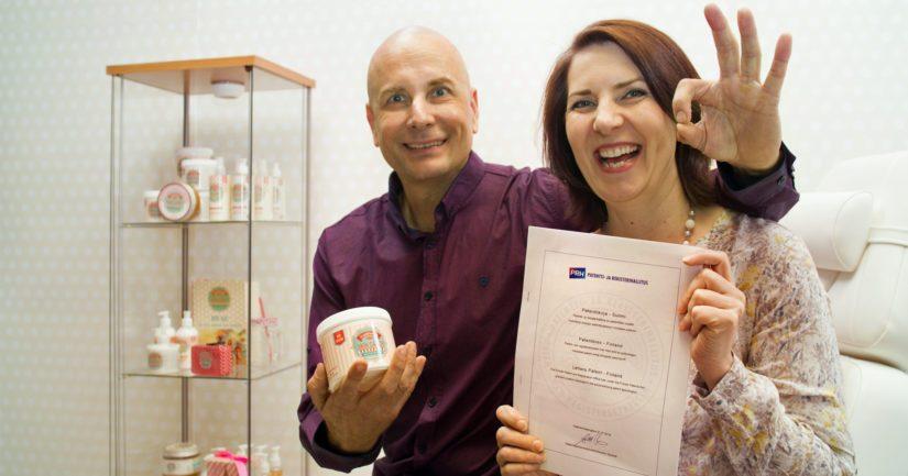 Patentin saaneet Hoitolatukun keksijäsisarukset Henna Meriharju ja Harri Kujala tuulettavat työvoittoaan.