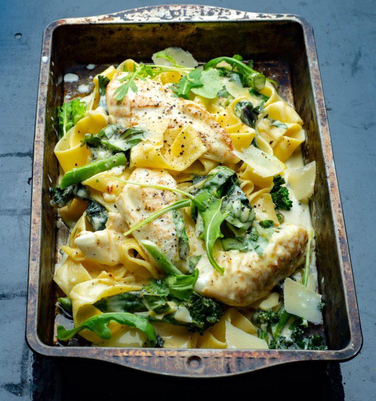 Palastele haukifileet pastan päälle, viimeistele tuoreilla yrteillä ja parmesaanilla.