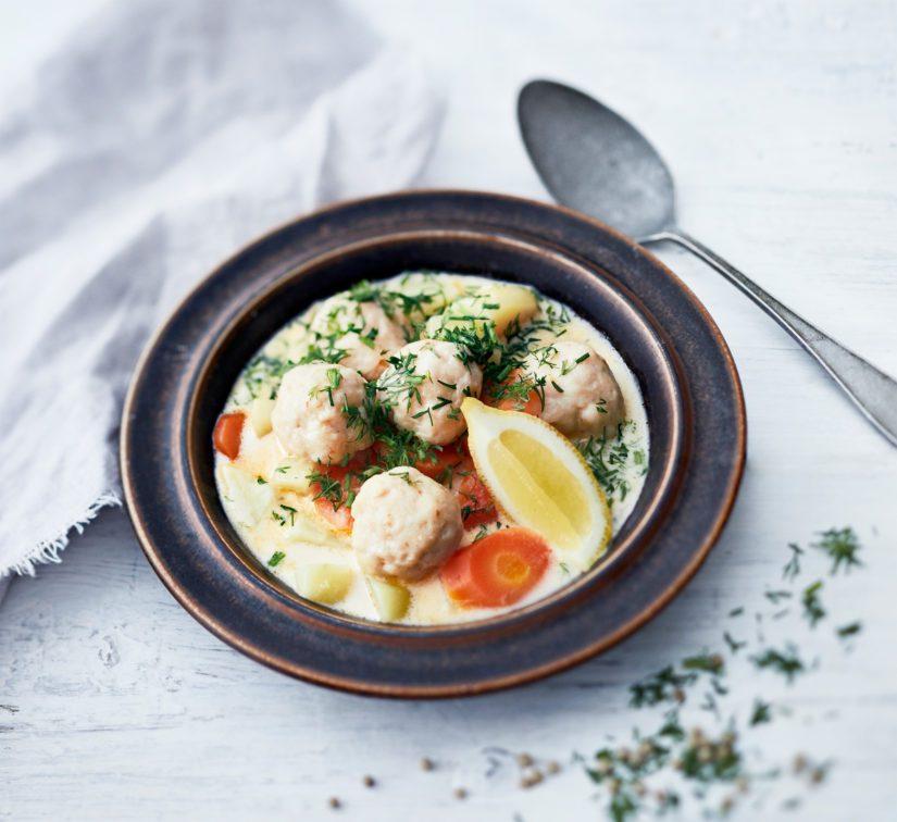Lisää keittoon runsaasti hienonnettua tilliä ja purista keittoannoksen päälle sitruunan mehua.