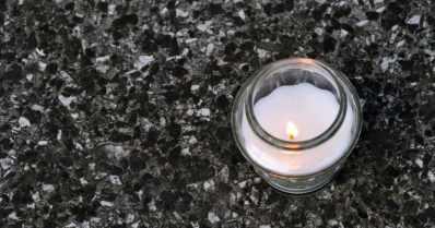 Hautakynttilä koulun pihalla herätti huolta – kuvat levisivät sosiaalisessa mediassa