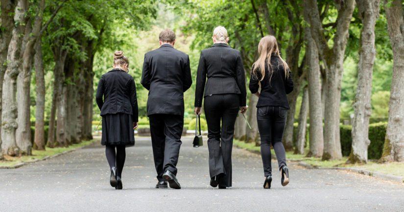 Tartuntariskiä tulee välttää niin, että osallistujat ovat siunauskappelissa tai haudalla riittävän etäällä toisistaan.