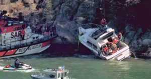 Moottorivene ajoi suoraan päin kallioista rantaa – loukkaantunut toimitettiin helikopterilla sairaalaan