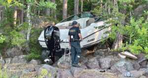 Voimakastehoinen moottorivene syöksyi rantakivikkoon – kolme henkilöä loukkaantui turmassa