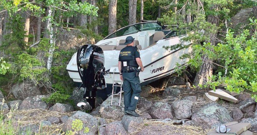 Moottorivene rannalla onnettomuuden jälkeen.