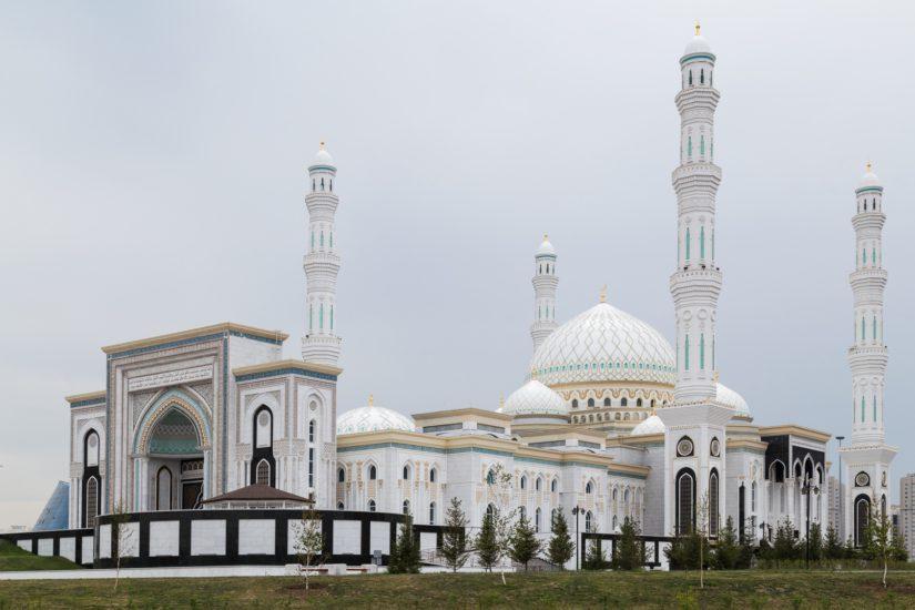 Helsingin suurmoskeijan kanssa saman kokoinen Hazret Sultan -moskeija voi myös majoittaa 5 000–10 000 pyhiinvaeltajaa.