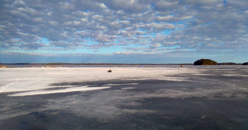 Jäälle satava lumi hidastaa teräsjään paksuuntumista ja hankaloittaa heikon jääalueen näkemistä.