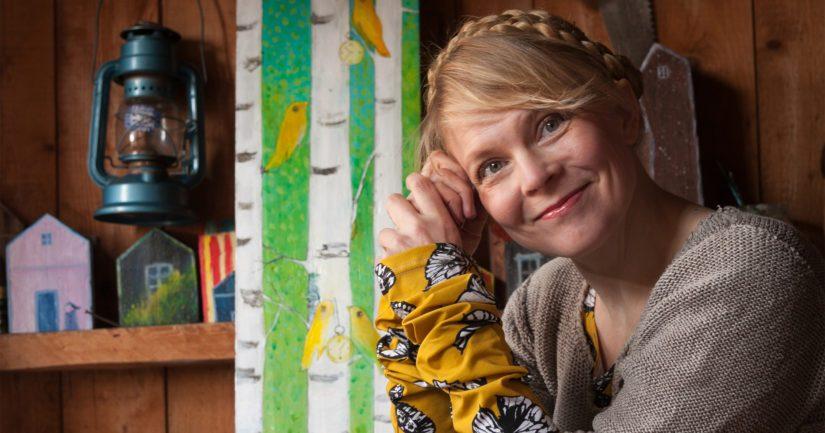 Heli Laaksosen maalauksia margariinirasiaan, puulle ja muulle nähdääntaiteilijakoti Erkkolassa Tuusulassa.