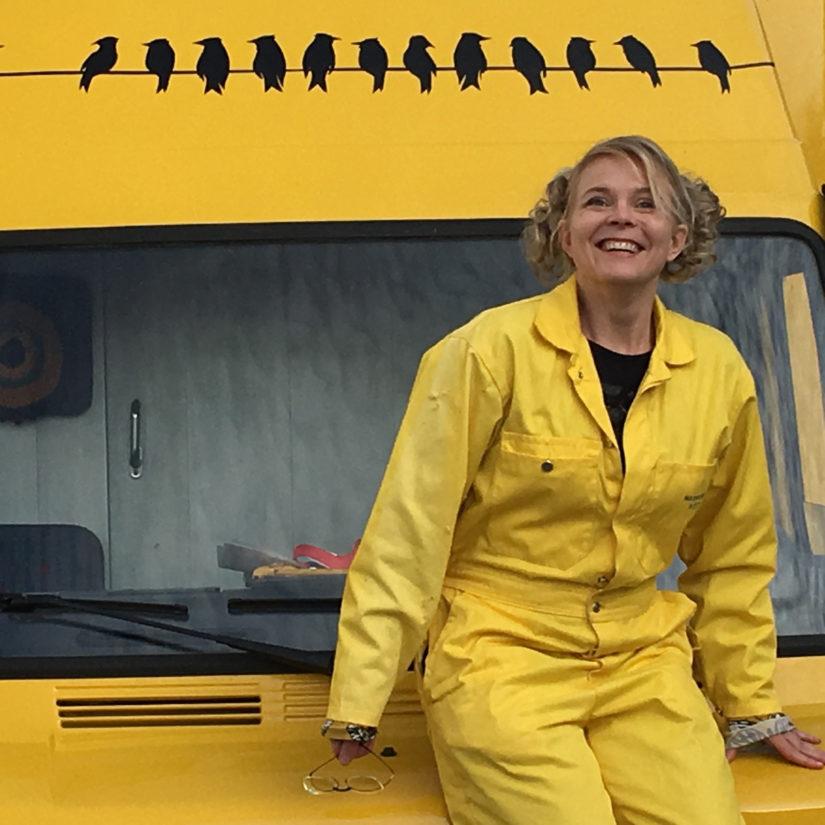 Heli Laaksonen sanoo olevansa uuden kirjansa hahmojen Sylvian ja Tuijan autonkuljettaja. (Kuva Päivi Luosma)