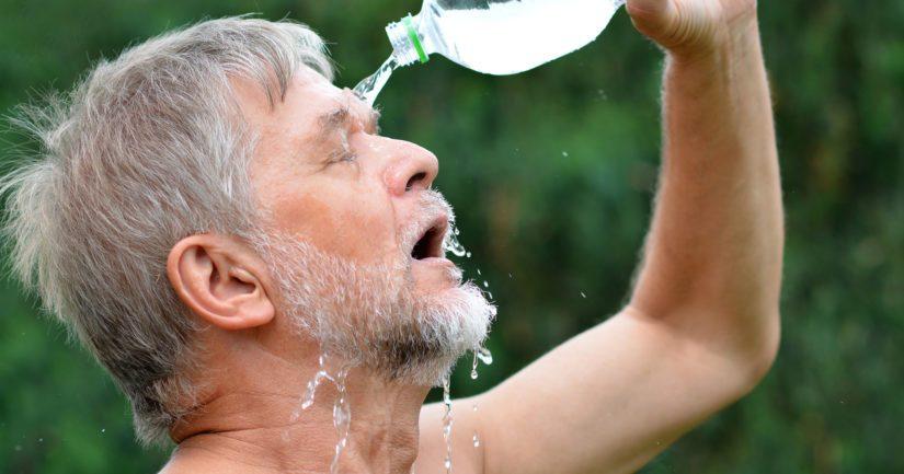 Juo riittävästi pitkin päivää, kehoa voi viilentää myös viileiden suihkujen avulla.