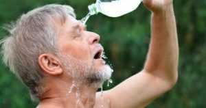 Muista juoda riittävästi hellesäällä – se suojelee munuaisia vaurioilta