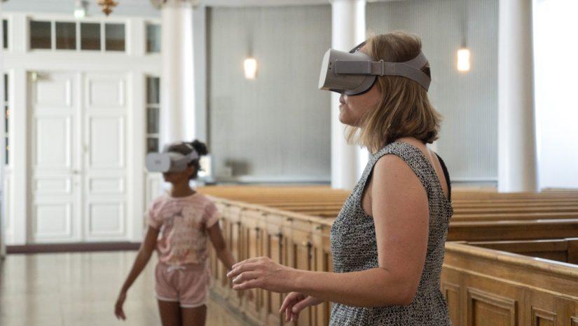 Tuomiokirkossa vierailija voi pyytää virtuaalilasit lainaksi pientä maksua vastaan.