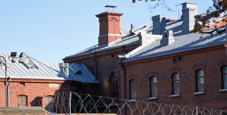 Rikosseuraamuslaitoksella on 26 vankilaa, joista vanki suorittaa tuomionsa joko 15 suljetussa vankilassa tai 11 avolaitoksessa. Helsingin vankila on suljettu laitos.