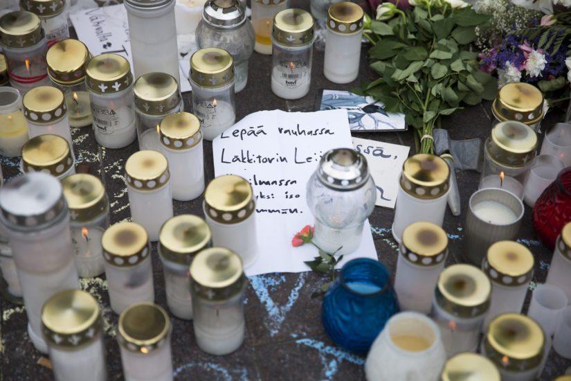 Helsingin asema-aukion pahoinpitelyn uhrin muistoksi tuotiin kynttilöitä viikkojen ajan.