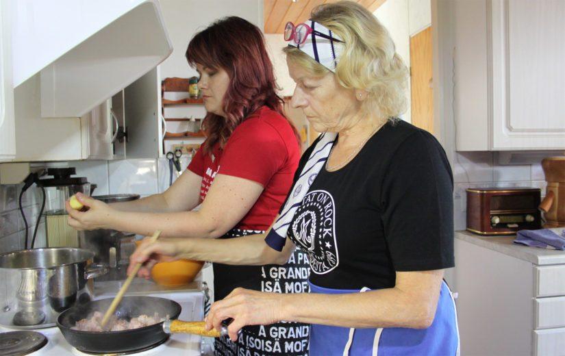 Hellan äärellä kohtaavat myös sukupolvet. Hilkka Tiiringin ja Tanja Saukon mukaan erilainen jäsenpohja on Marttojen suurimpia rikkauksia.