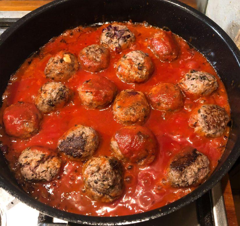 Hirvipullat mausteisessa tomaattikastikkeessa – pastakastikkeiden pohjoista aatelia!
