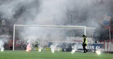 FC Honka nousi Veikkausliigaan – pettyneet HIFK:n kannattajat heittivät soihtuja keinonurmelle