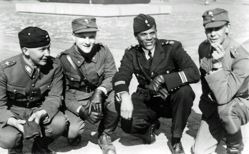 Kersantti Kauko Pyötsiä, tuntematon suojeluskuntavänrikki, Hubert Fauntleroy Julian sekä Lauri Kitinoja talvisodan rauhan jo tultua. (Kuva Kari Stenmanin kokoelmat)