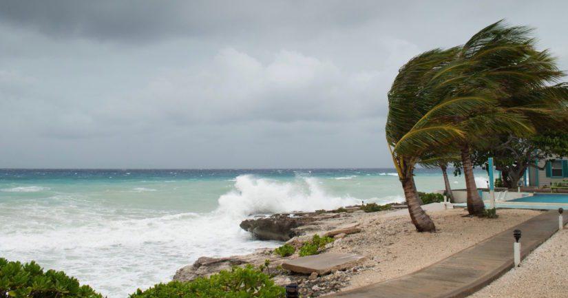 Pieniltä Karibianmeren paratiisisaarilta on jo määrätty evakuoitaviksi yli 10 000 matkalaista.