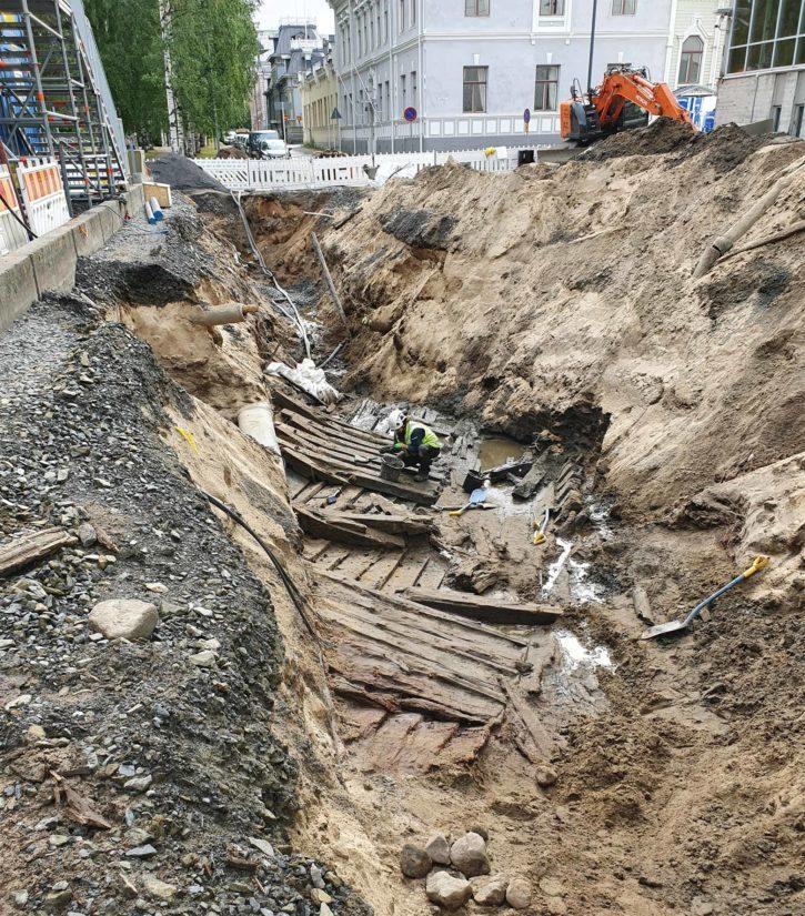 Hylyn rakenteita kaivannossa, työssä tutkimusavustaja Katariina Vuori.