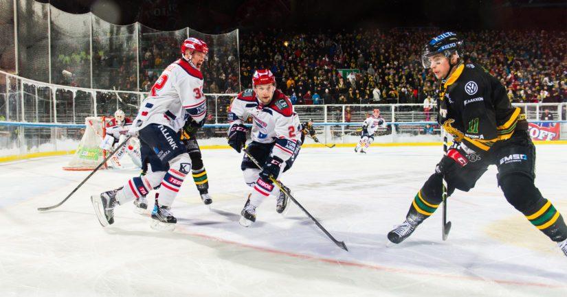Liigassa on nähty myös otteluita ulkojäillä, kuten HIFK:n ja Ilveksen kohtaaminen.