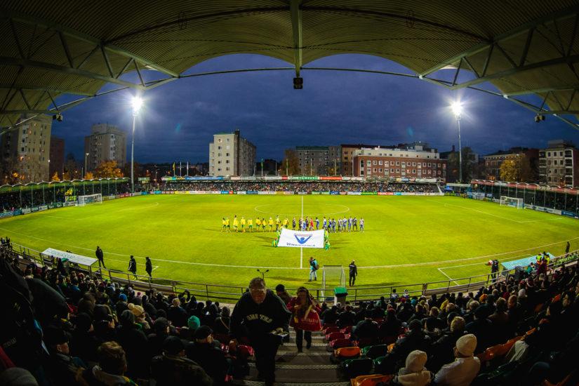Loppuunmyydylle Tammelan stadionille kerääntyi 5050 katsojaa. (Kuva Kyösti Karila)