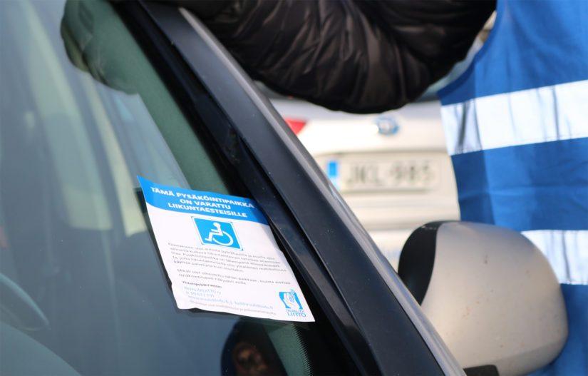 Raahessa järjestettiin Invalidiliiton organisoima tempaus, jossa jaettiin epävirallisia muistutuslappuja invapaikoille väärin pysäköidyille autoille.