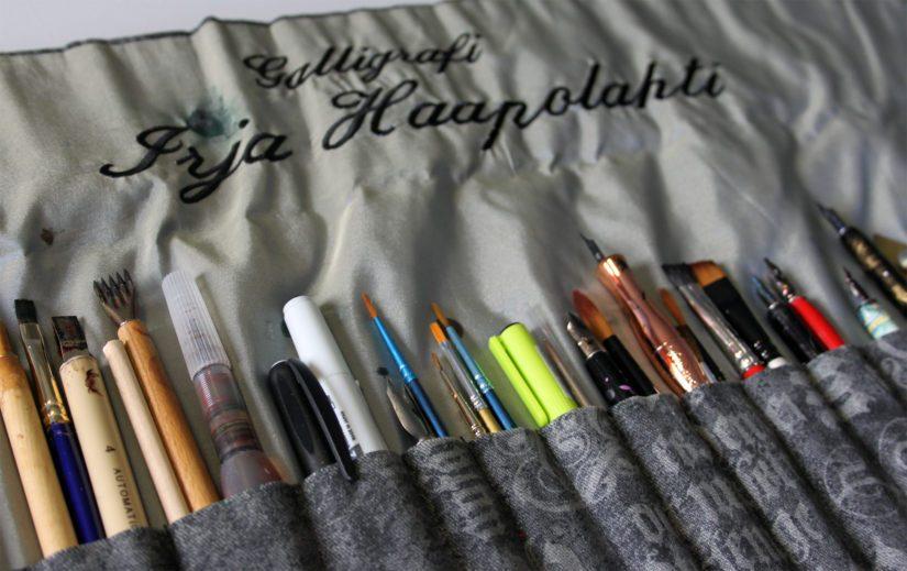Kokeneen kalligrafin työvälinepakki pitää sisällään kattavan kokoelman erilaisia kyniä terineen. Aloittelija pääsee alkuun kuitenkin yhdellä tasaterällä.