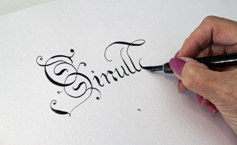 Kalligrafiassa on tärkeää kynän hallinta sekä käden ja silmän yhteispeli.