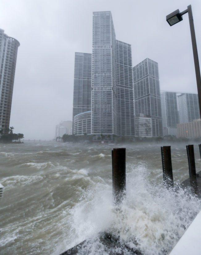 Myrsky on nostanut vesimassoja kadulle, kuten kohdassa jossa Miami River laskee Biscayne Bayhin.