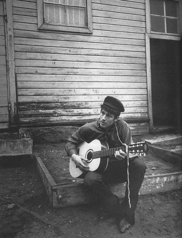 Antti Yrjö Hammarberg kuvattuna lokakuussa 1965, kitarasta syntyi yli 200 omaa sävellystä.