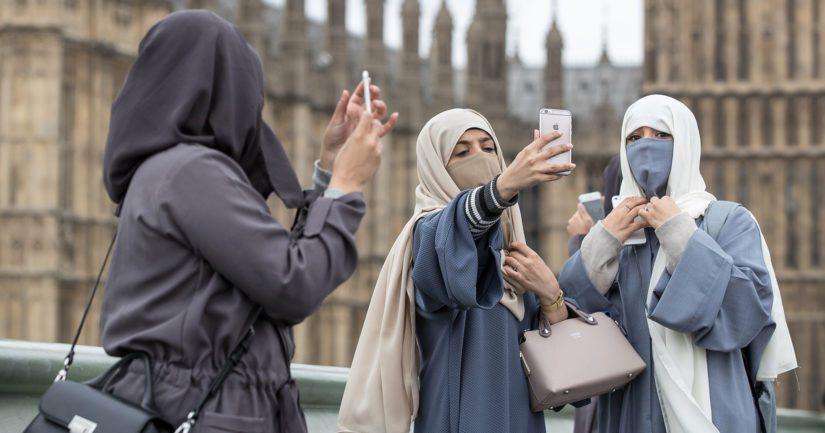 Nuoret naiset ottavat selfien parlamenttitalon edustalla Lontoossa. Erityisesti Britanniassa on herättänyt huolta islaminuskoisten nuorten radikalisoituminen sekä lähteminen isisin joukkoihin.