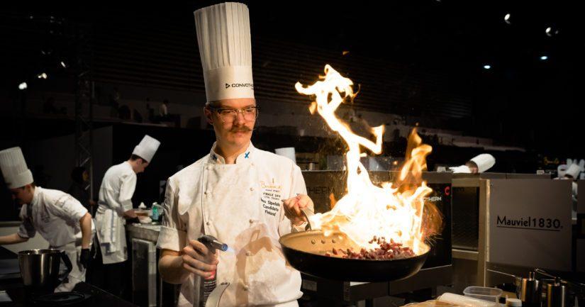 Ismo Sipeläinen kokkaa tulisesti Lyonissa Bocuse d'Or -loppukilpailuissa.