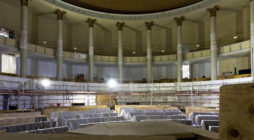 Rakennustelineet on pääosin saatu purettua täysistuntosalista. Kunnostetut kansanedustajien pöydät ovat vielä osittain vanereiden alla suojassa.