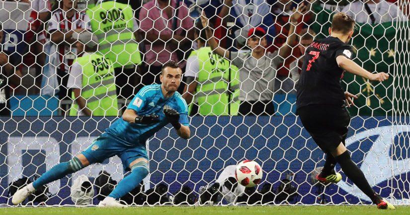 Igor Akinfejev ei onnistunut torjumaan Ivan Rakiticin rangaistuslaukausta MM-kisoissa.