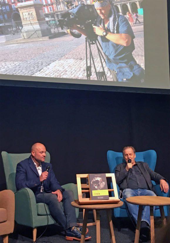 Kaksi herrasmiestä ja sotakirjeenvaihtajaa Helsingin kirjamessuilla, Ivar Heinmaa ja Rauli Virtanen. (Kuva Kari Kallonen)