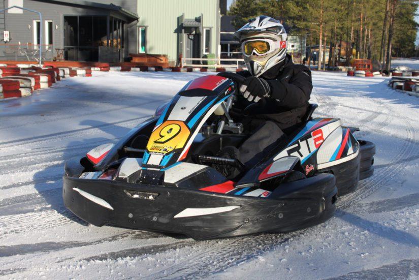Ohjelmapalveluyrittäjä Marko Santapakan johdolla Hiekkasärkillä saa kosketuksen jopa formulamaailmaan, kun vauhtikansalla on mahdollisuus kokeilla myös tunteita nostattavaa jääkartingia.