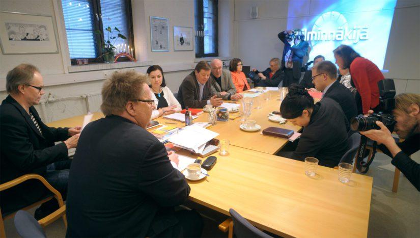Julkisen sanan neuvosto oli itse kohun keskellä, kun puheenjohtaja Pekka Hyvärinen erosi kesken Matti Vanhasen Ylen lahjontaepäilyjutun käsittelyä vuonna 2009.