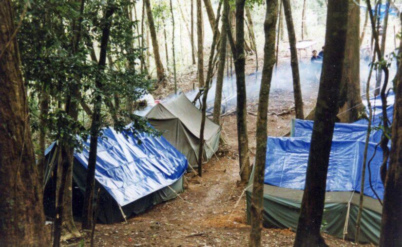 Retkikunnan leiri vuoren laella oli yksinkertainen mutta toimiva.