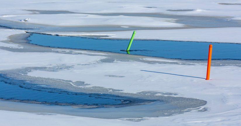 Kun meri jäätyy, virtapaikat saattavat silti säilyä sulina.