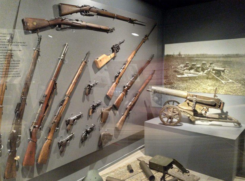 Aseiden lisäksi esillä olevat näyttelyn valokuvat, kortit ja kirjeet ovat autenttisia ja peräisin jääkäreiltä itseltään.