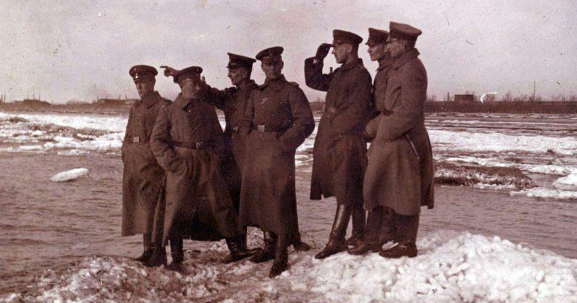 Jääkäreitä odottamassa Suomeen lähtöä Libaussa (Liepāja) helmikuussa 1918.