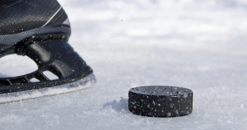 Kiekko putoaa jäähän Suomen avausottelussa perjantaina 10.5.2018.