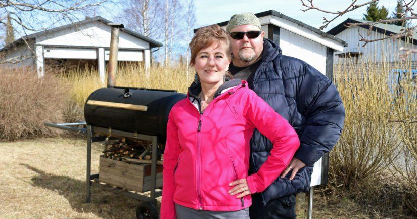 Kotoileva kokkipariskunta Jaana Kähtävä ja Mika Tiirinki arvostavat perinteistä ja lähellä tuotettua kotiruokaa. Myös savustus kuuluu olennaisena osana ruoanlaittoon.