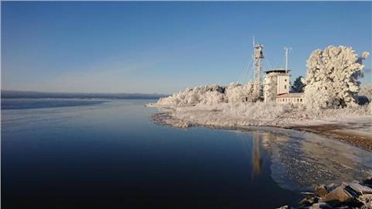 Rantojen läheisyydessä jäätä on paikoin muutamia senttejä, mutta vieressä voi olla sulia paikkoja.