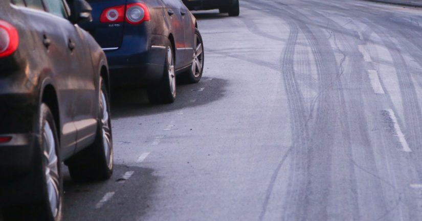 Taajamassa voi kaksisuuntaisella tiellä jatkossa pysäköidä kulkusuunnassa vasemmalle puolelle tietä.
