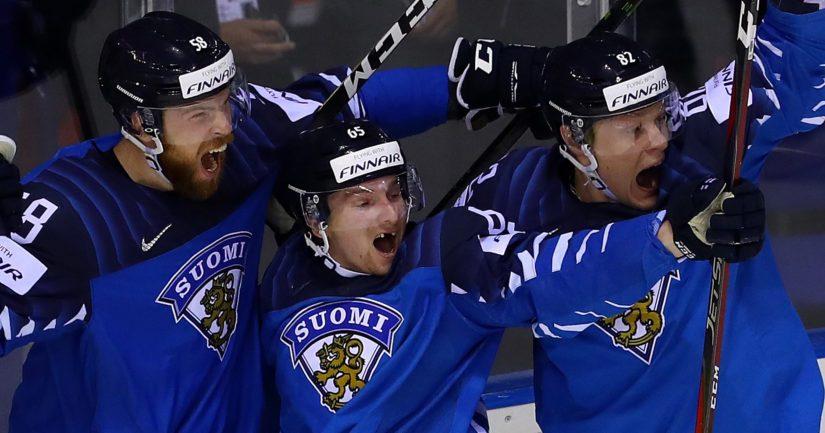 Jani Hakanpään ja Harri Pesosen välissä juhliva Sakari Manninen palkittiin Suomen joukkueen parhaana pelaajana.