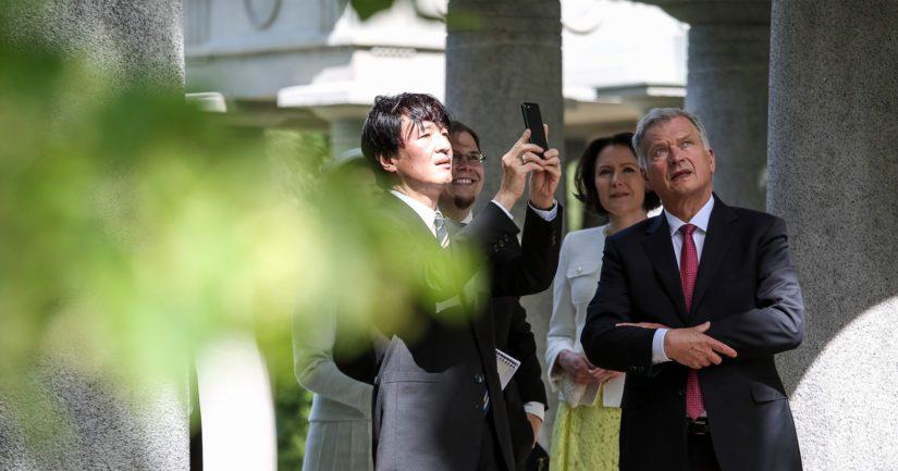 Lounaan jälkeen presidenttipari ja kruununprinssipari tekivät kierroksen Kultarannan puistossa.