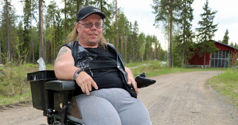 Jari käyttää liikkumiseensa pyörätuolia. – Ostin käytöstä poistetun sähköpyörätuolin ja rakentelin siitä itselleni tällaisen maastokelpoisen rahtivekottimen.