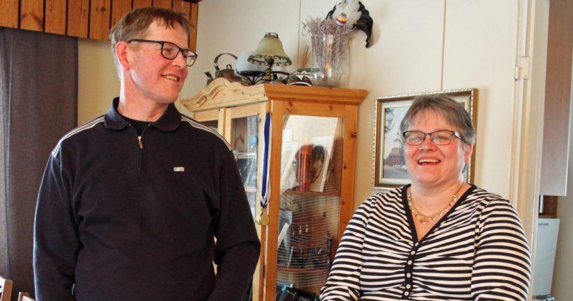 Jari ja Outi Tikkanen luonnehtivat lypsykarjatilansa vahvuudeksi myös toimivan naapuriyhteistyön.
